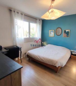 Entre maison et appartement superbe duplex avec terrasse, jardin, et garage privé. Construction 2012